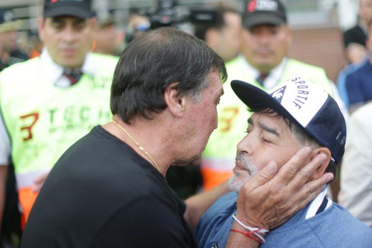 El cálido abrazo entre Falcioni y Maradona en 2019