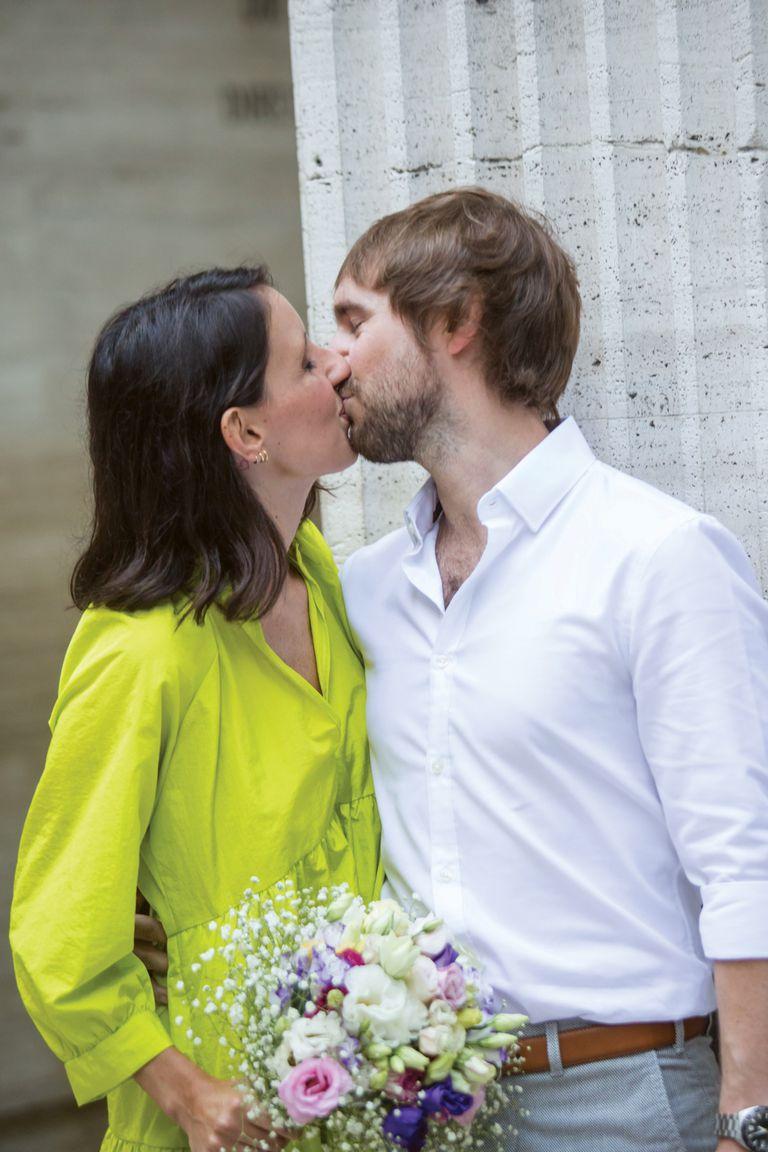 Marina y Gonzalo se dan uno de sus primeros besos de casados.