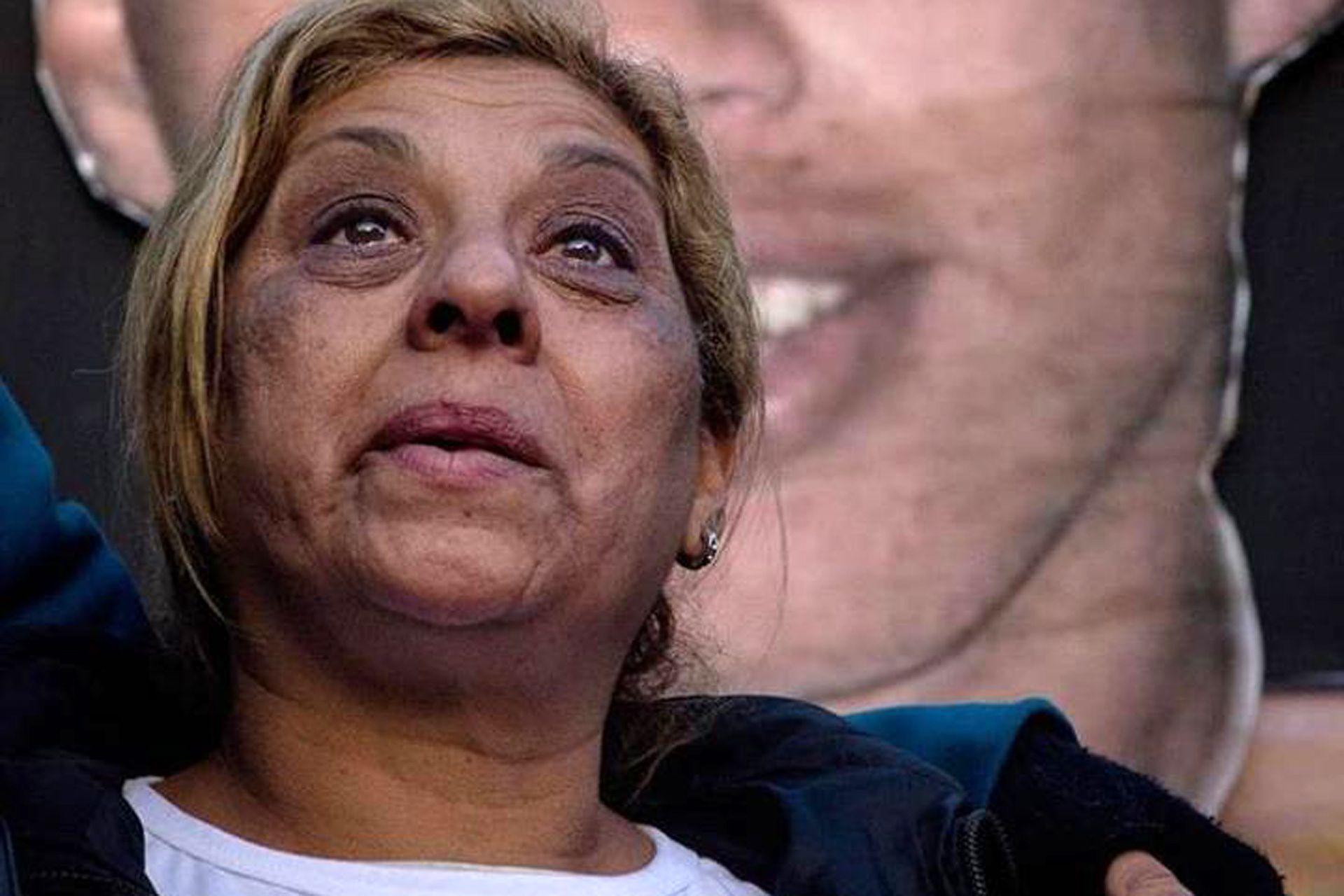Angélica, frente a una foto de su hijo Kiki, asesinado a los 17 años; ese duelo fue el puntapié de su obra comunitaria