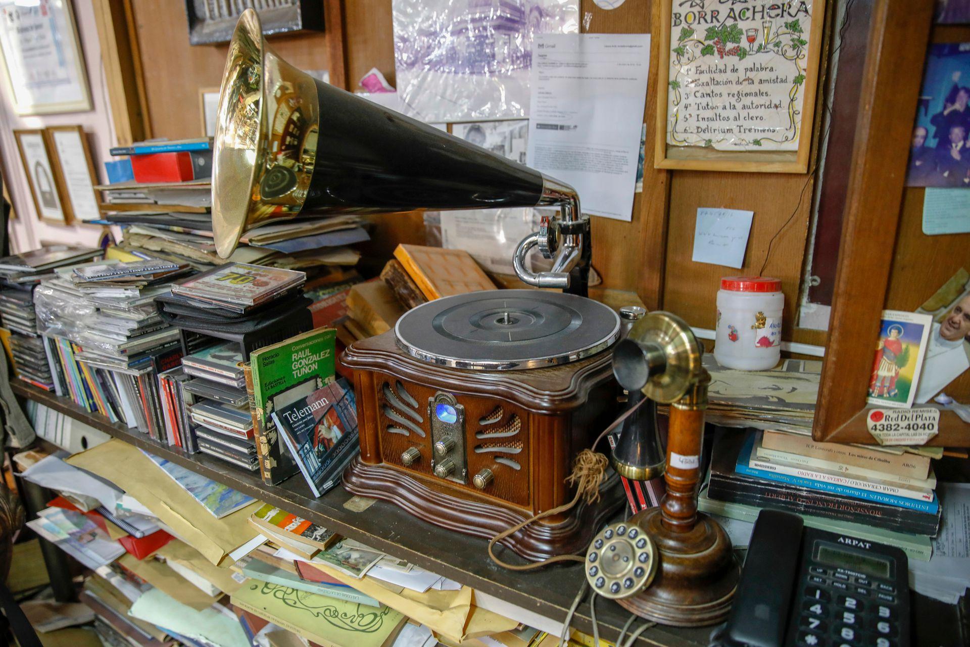 Además de libros hay muchos objetos antiguos como teléfonos y fonógrafos