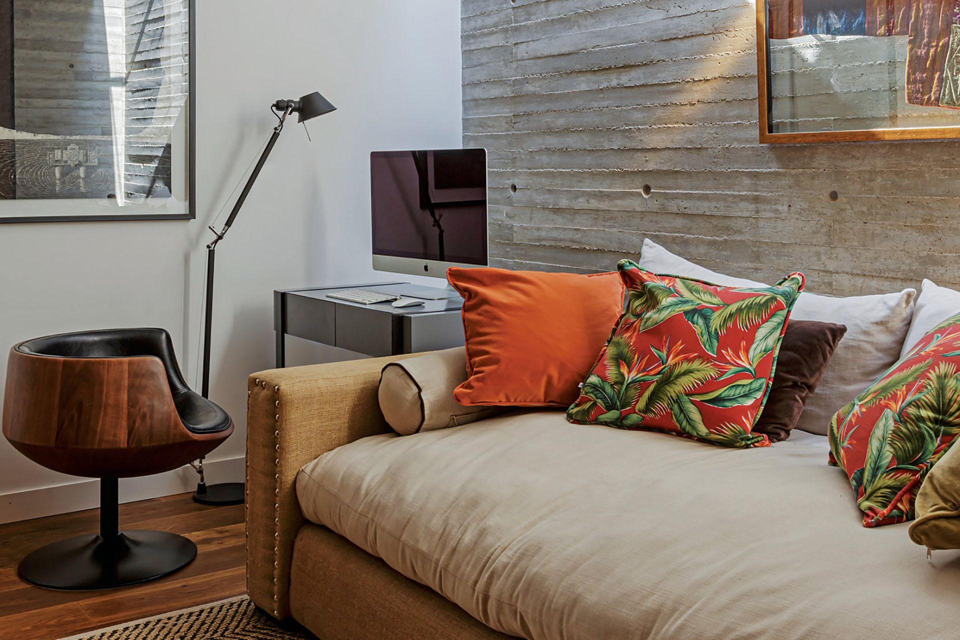 En el hall de entrada a los dormitorios de los chicos, sofá (Fradusco), escritorio laqueado (diseño del Estudio), sillón individual giratorio (Paul French Gallery), alfombra (Mihran) y lámpara Artemide de pie negro (Alejandro Lo Grasso).