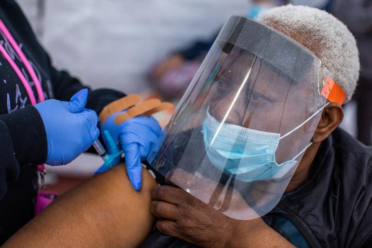 La enfermera Ebony Thomas administra una vacuna de Moderna contra la Covid-19 a Stella Onwytalu, de 89 años, en Kedren Community Health Center, en Los Ángeles, California, el 16 de febrero de 2021
