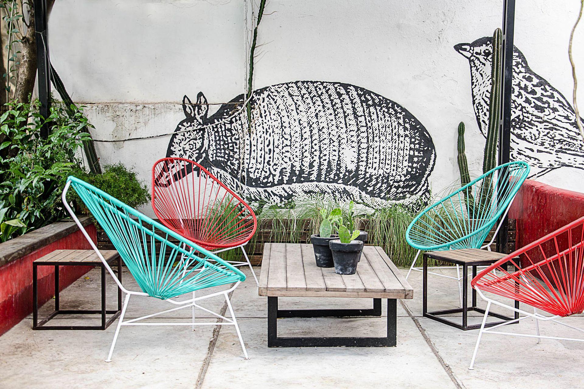 En el barrio porteño de Coghlan, una casa antigua aloja a una agencia de medios digital. En el jardín, diseñado por los paisajistas Joaquín Pérez Corral y Cristian Obarrio, se luce un mural en blanco y negro realizado por Teófilo Riadigos.