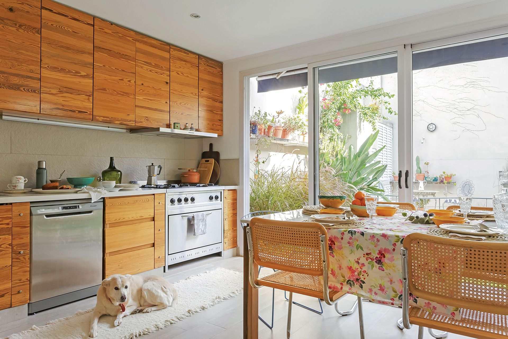 Sin herrajes, el mueble de cocina fue concebido por el dueño de casa como una pared de madera que exalta las vetas de la pino tea. Una nueva tendencia que reúne calidez y fácil mantenimiento: pisos cementicios imitación madera (Portobello).