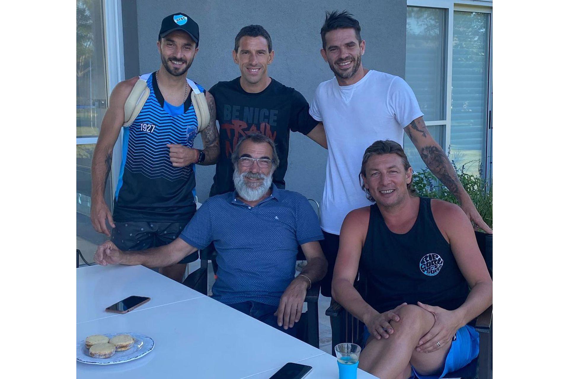 Reunión de amigos, entre otros, Ignacio Scocco Maxi Rodríguez y Fernando Gago con Heinze