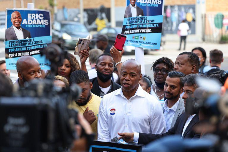 Eric Adams después de votar durante el día de Las elecciones primarias el 22 de junio de 2021..  El presidente del distrito neoyorquino de Brooklyn y exjefe de la Policía de Nueva York, Eric Adams, encabeza las primarias demócratas para la Alcaldía de la ciudad al 85 por ciento del escrutinio con un 30,7 por ciento de los votos.  POLITICA MICHAEL M. SANTIAGO