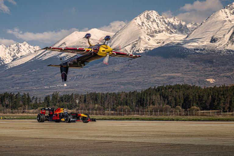 En formación. El Red Bull RB7 de F1 y el Extra 300 SR de la Air Race con los aceleradores a fondo