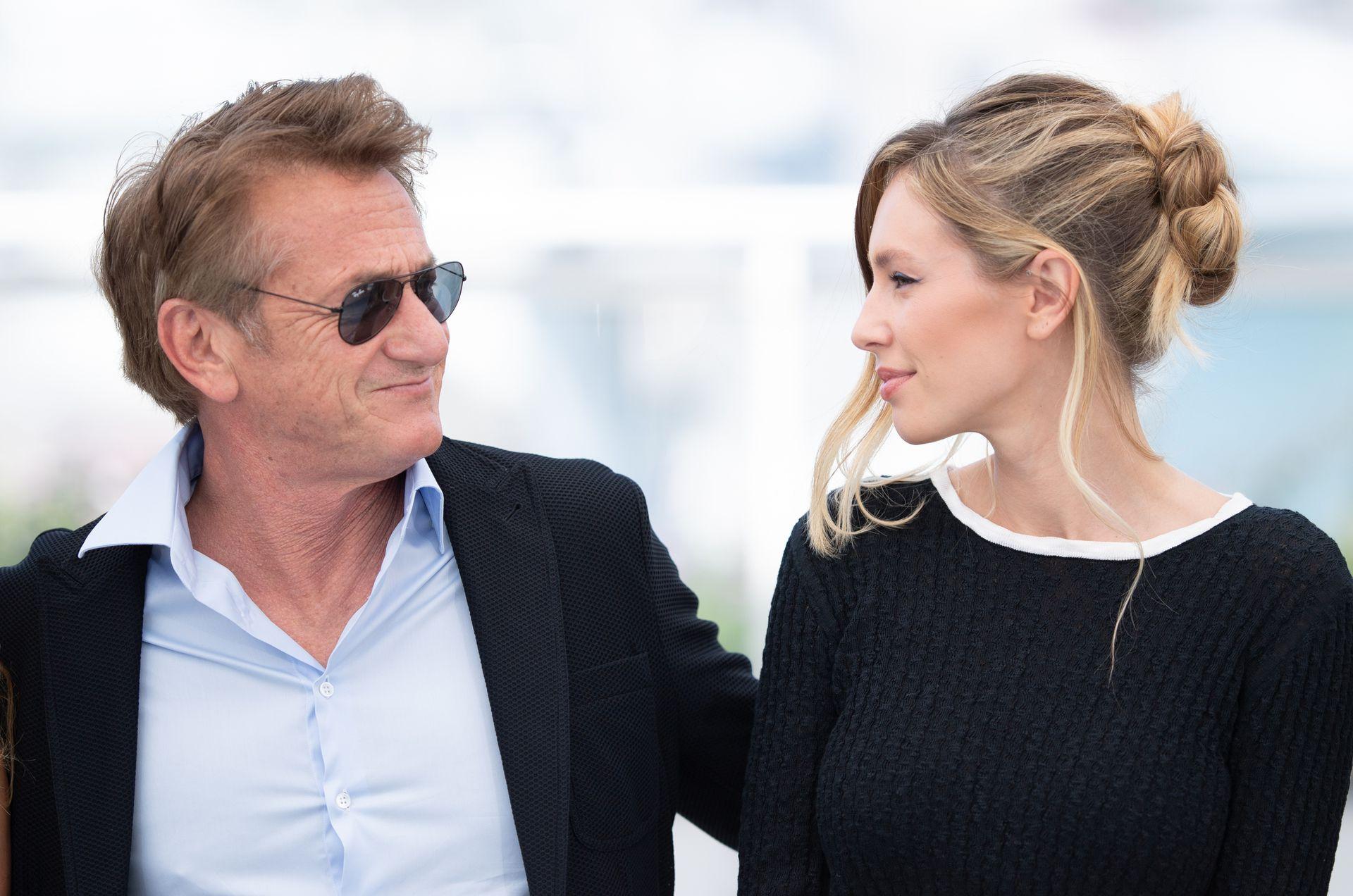 """Sean y Dylan Penn en el photocall para la película Flag Day, en Cannes: """"Papá y mamá me dijeron por separado: no vas a ser una buena directora si no sabes lo que es estar en los zapatos del actor"""", contó Dylan en la rueda de prensa de presentación del film"""