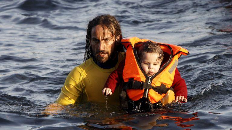Nicolás Migueiz Montán, 34 años, oriundo de Pilar, colabora en el rescate de un niño, en la isla de Lesbos, Grecia