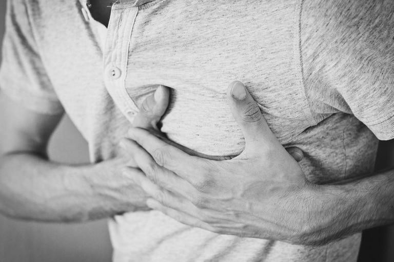 """Varias pueden ser las causas de dolor de pecho, desde """"microespasmos"""" del corazón, hasta ataque de pánico."""