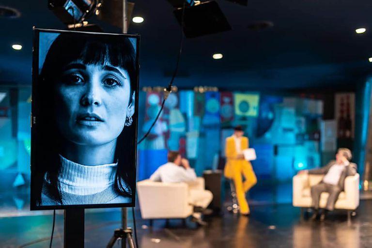 La imagen en primer plano de Florencia Torrente, en Esto no está pasando, en un teatro San Martín convertido en estudio televisivo