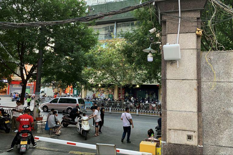 Los escáneres de identificación telefónica, llamados receptores IMSI, recopilaron códigos de identificación de teléfonos móviles en la entrada del complejo residencial de Huating Apartments