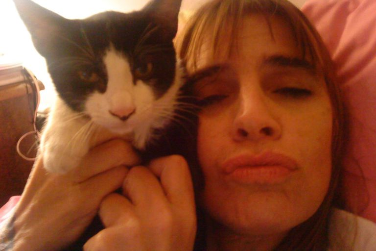 Fabiana Cantilo junto a su gatita Luna, a quien rinde homenaje en el tema nominado a mejor canción del año en los Premios Gardel