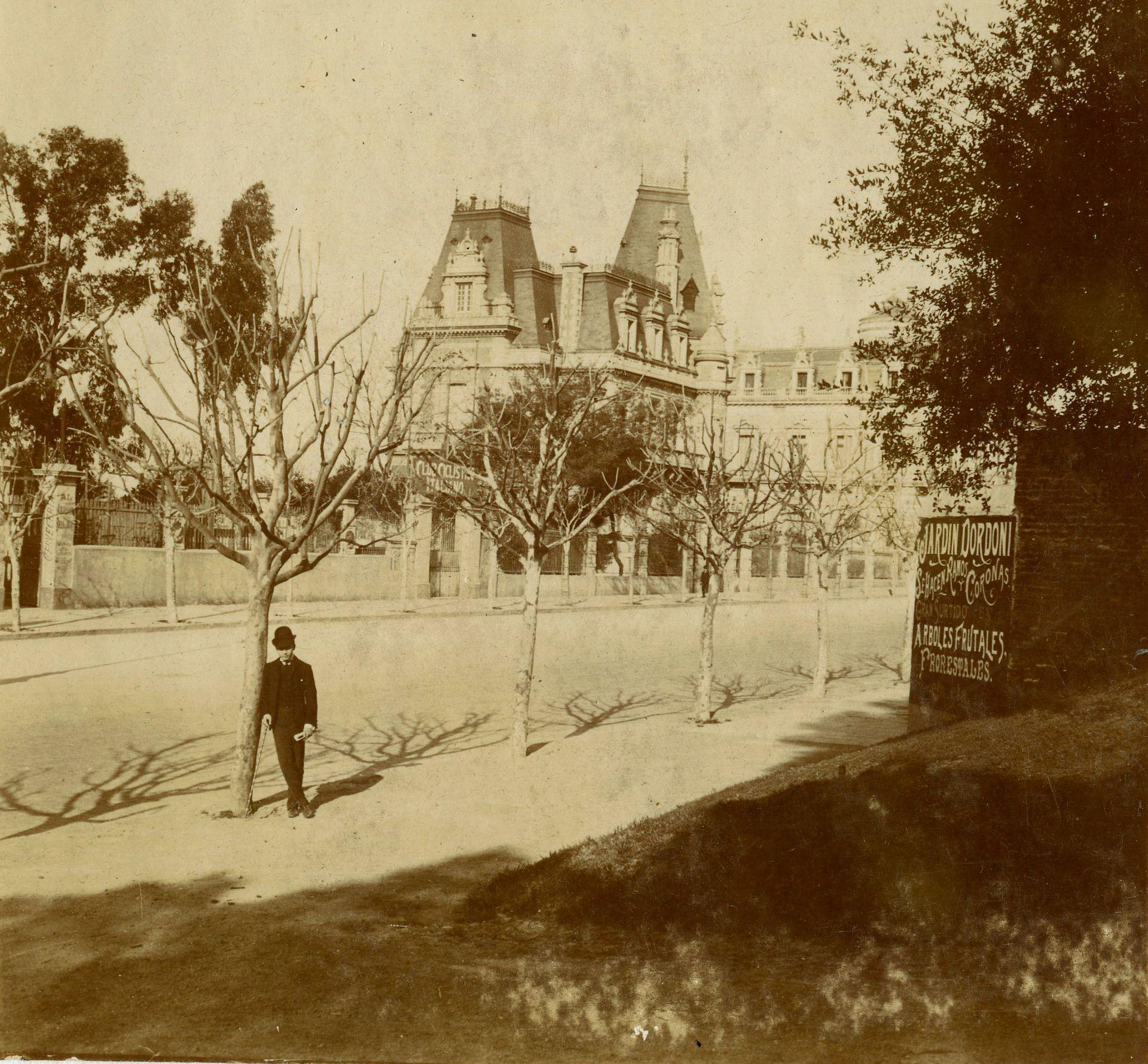 El Palacio Dose al fondo. A la izquierda se llega a leer el cartel del Club Ciclístico Italiano que funcionó allí hasta 1910.
