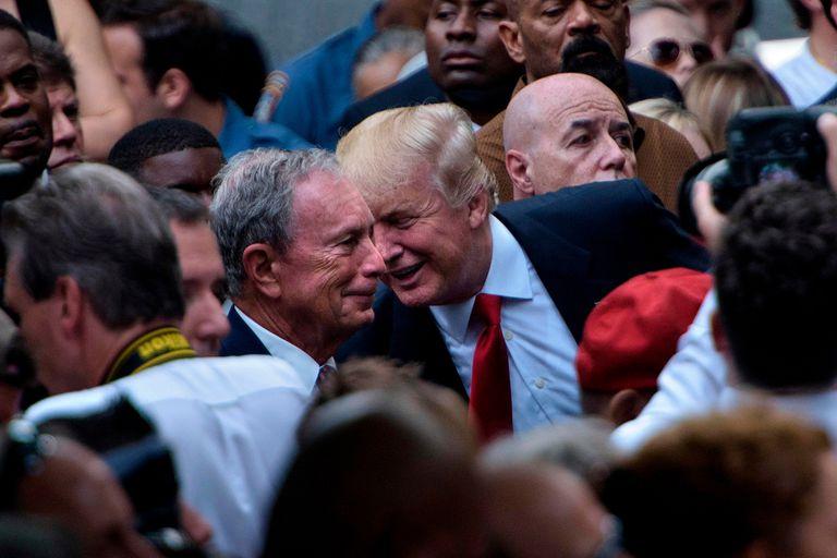 En esta foto de archivo tomada el 11 de septiembre de 2016, el candidato presidencial republicano de los Estados Unidos, Donald Trump, habla con el ex alcalde de la ciudad de Nueva York, Michael Bloomberg, durante un servicio conmemorativo en el National 9/11 Memorial en Nueva York