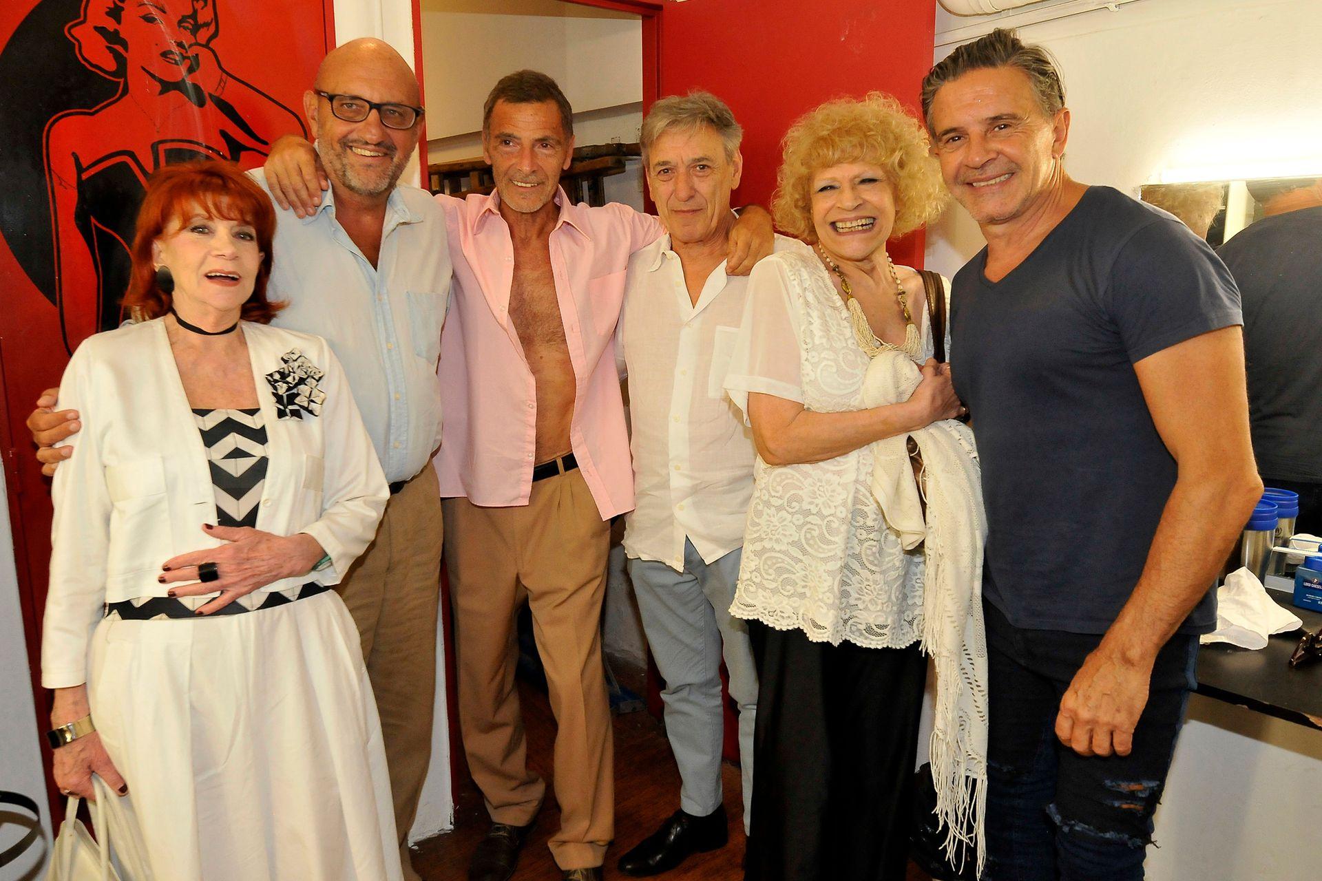 En los camarines. El elenco de Rotos de amor, que se presenta en el teatro Picadilly, también recibió a amigos