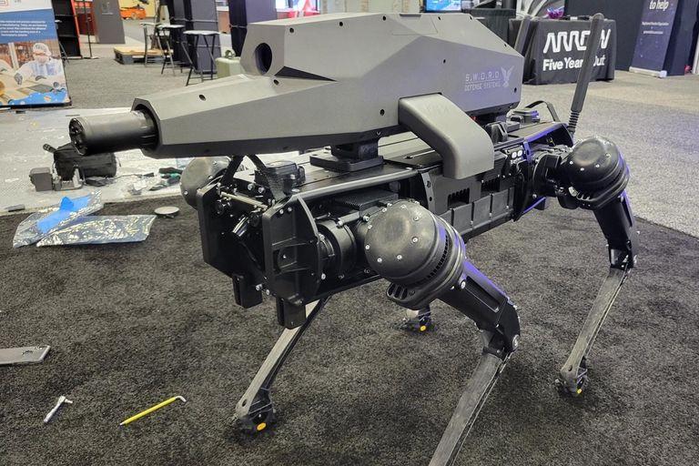 Presentaron un perro robot que puede llevar un rifle en el lomo