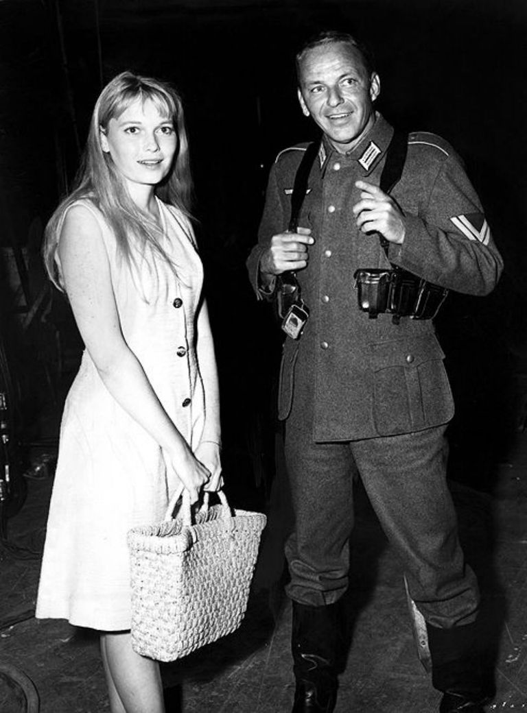 Frank Sinatra con Mia Farrow, su tercera esposa, en el backstage del film El Coronel Von Ryan