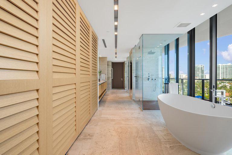 Tienen duchas y bañaderas con vista a la playa de Miami