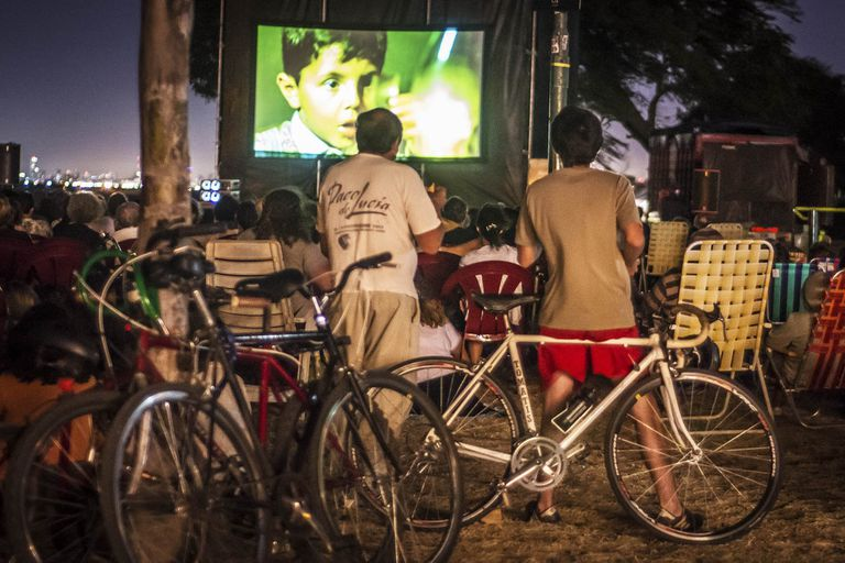 Al cine en bicicleta, cerca del río y bajo las estrellas