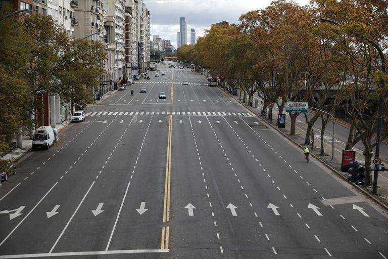 Una imagen poco usual: la Avenida Del Libertador casi desierta por la baja circulación durante los nueve días de restricciones