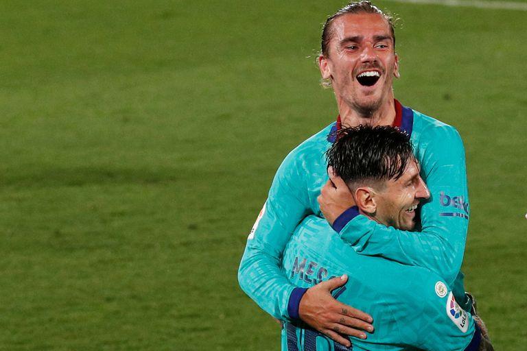 El abrazo entre Messi y Griezmann