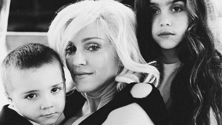 Vieja postal familiar: Rocco, Madonna y Lola