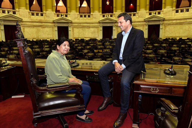 La fundadora del comedor social Los Piletones, Margarita Barrientos, junto a Sergio Massa