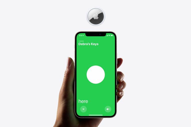 Los llaveros conectados AirTag, que permiten realizar una búsqueda de precisión con el iPhone 11 y iPhone 12, ya fueron vulnerados tras un procedimiento que requiere intervenir el accesorio de Apple con un acceso físico para modificar el firmware