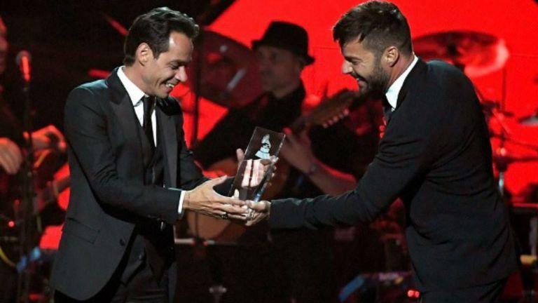Marc Anthony, horas antes de la ceremonia principal, recibe el premio Grammy a la persona del año de mano de Ricky Martin