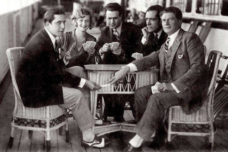 El cantante de tangos Carlos Gardel juega a las cartas con sus amigos Marguerite Vignou, Victor Damiani, Jose A.Ganduz y Adamo Diduv, a bordo del buque Conte Rosso el 12 de junio de 1928