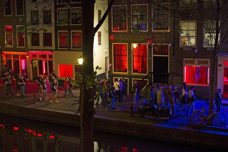 Miles de turistas pasean cada día por el Barrio Rojo, en el centro de Amsterdam