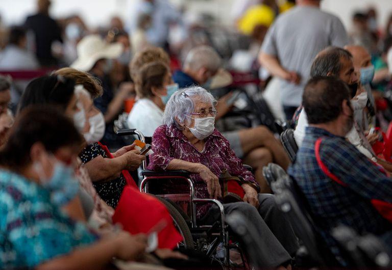 Centenares de adultos mayores esperan para vacunarse con la vacuna Coronavac, en el Estadio del Bicentenario, en Santiago de Chile