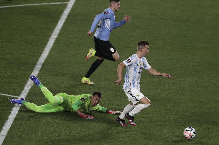 Giovani Lo Celso elude a Fernando Muslera, pero su remate final se estrellará en el travesaño, cuando el clásico con Uruguay aún estaba igualado 0-0