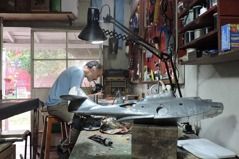Modelismo: desde Olavarría, vende réplicas de aviones de guerra