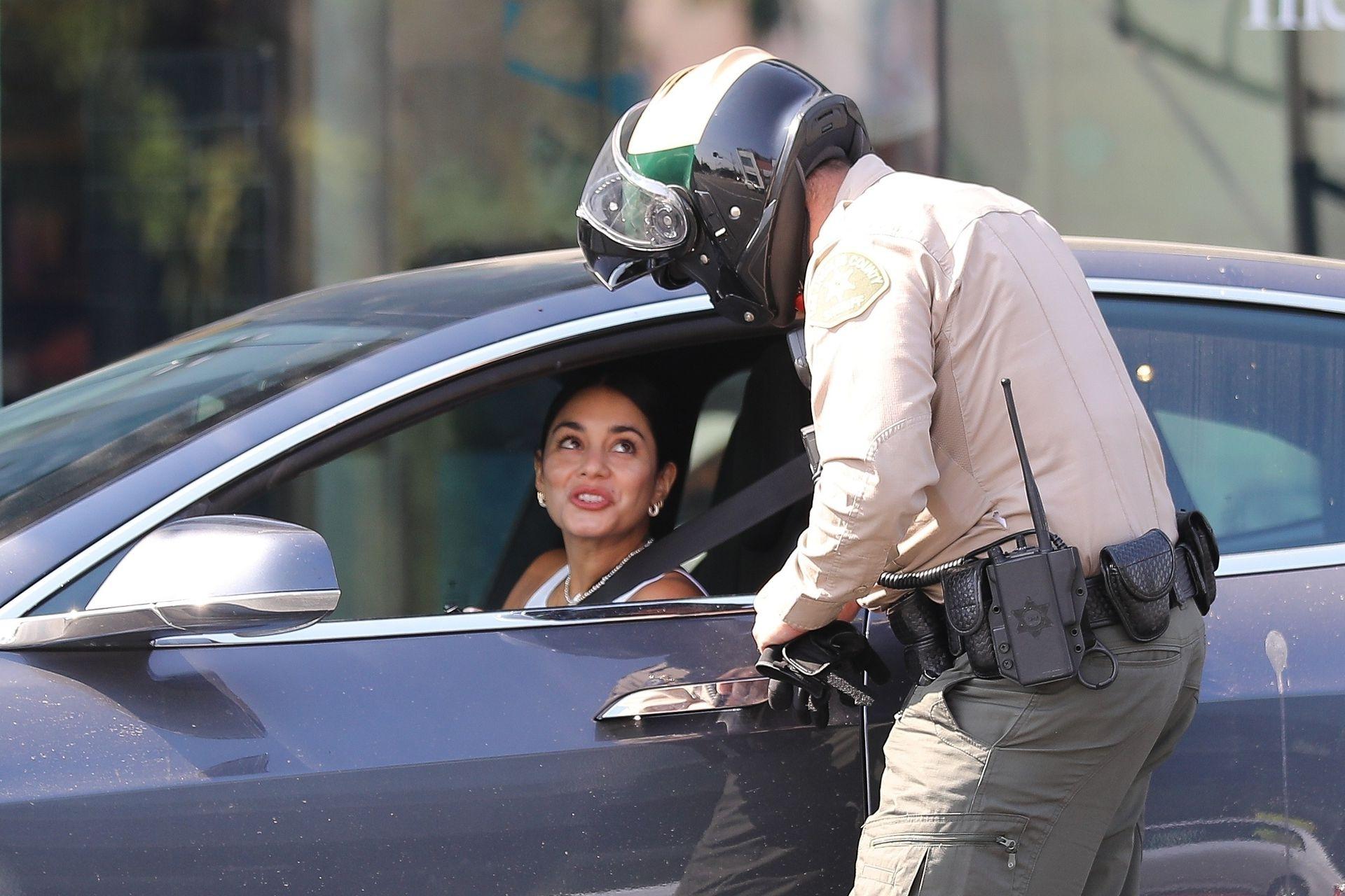 Los flashes captaron el momento en que Vanessa Hudgens recibía una multa por hablar por celular mientras conducía