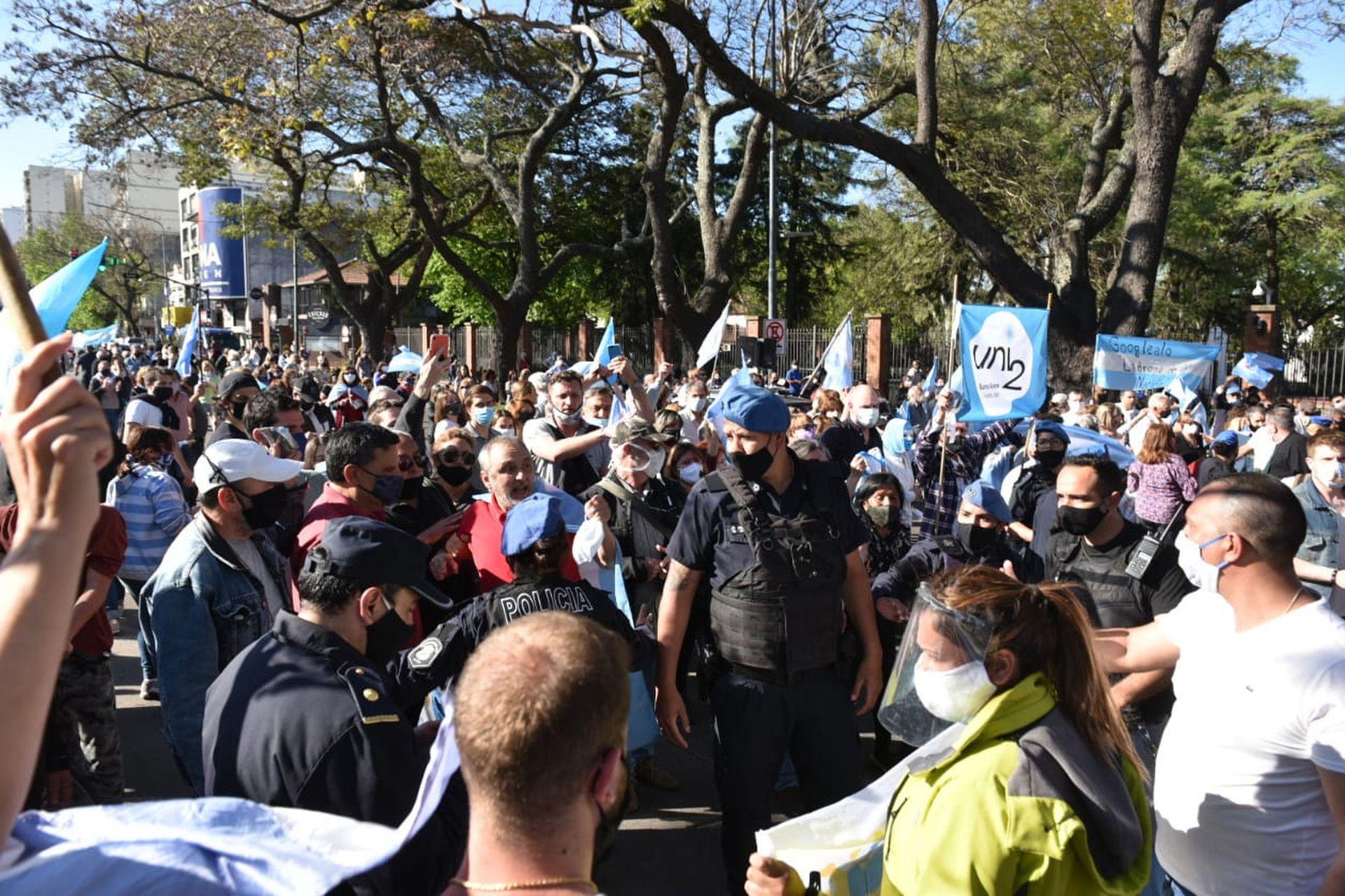 Frente a la quinta presidencial de Olivos hubo una marcha a favor del gobierno y otra en contra; la policía armó un cordón para prevenir incidentes