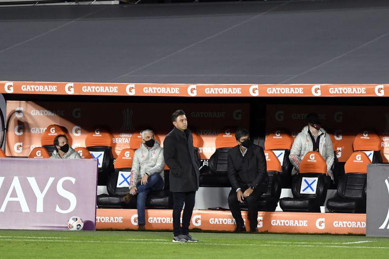 Gallardo observa; detrás, Biscay y el resto del cuerpo técnico siguen la acción