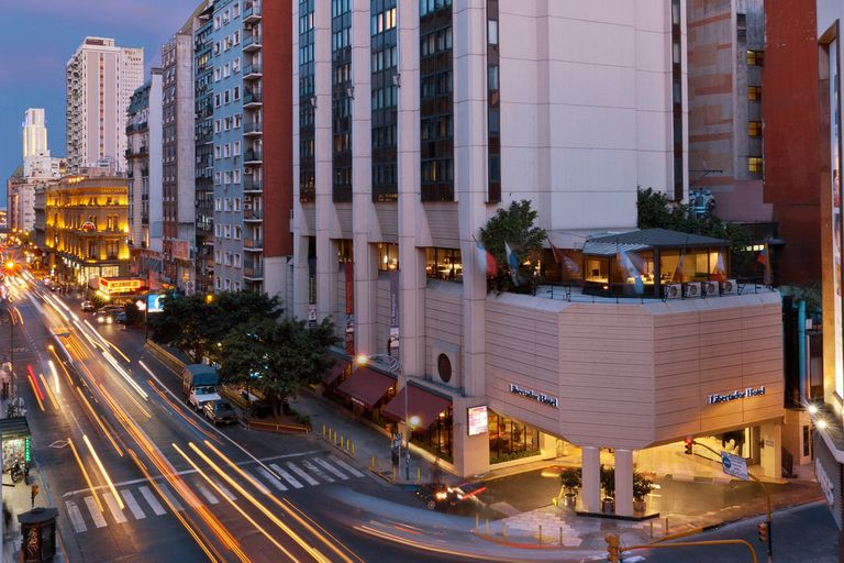 Libertador Hotel se ubica a una cuadra de la peatonal Florida y el shopping Galerías Pacífico, presentándose como un punto ideal para descansar y hacer turismo por la ciudad