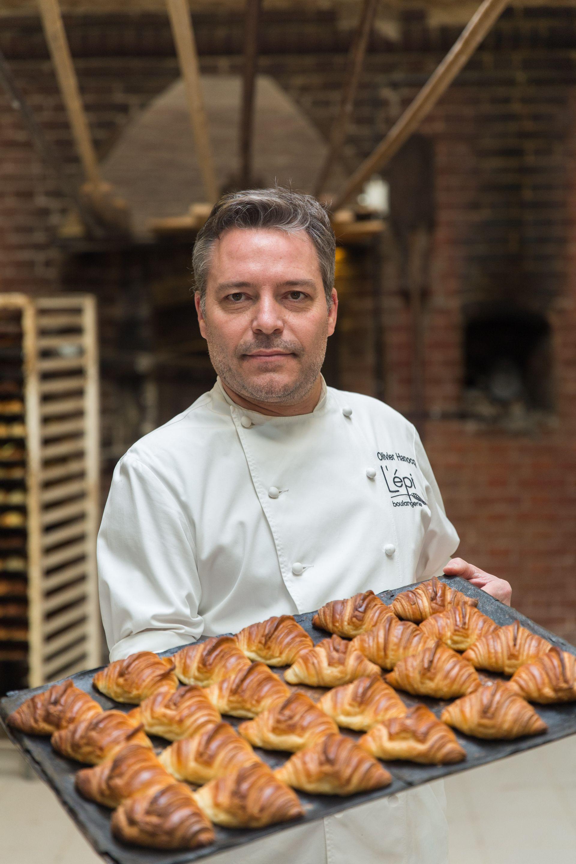 El parisino Olivier Hanocq sostiene una fuente de croissants recién horneados. En 2005 se asoció con el chef pastelero Bruno Gillot para abrir L´épi boulangerie.