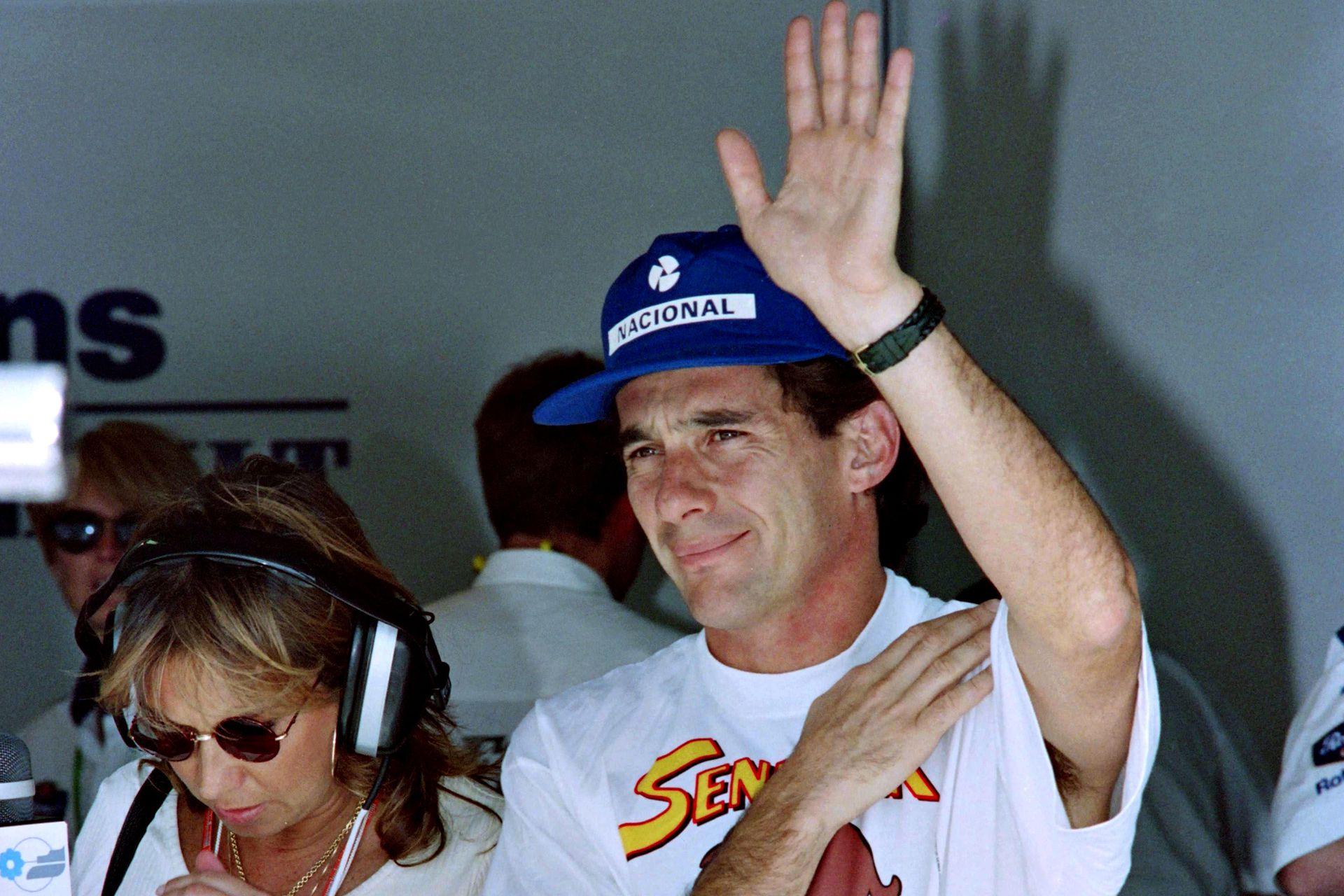 Senna saluda a los aficionados después de las prácticas de clasificación para el Gran Premio del Pacífico, en Aida, el 16 de abril de 1994