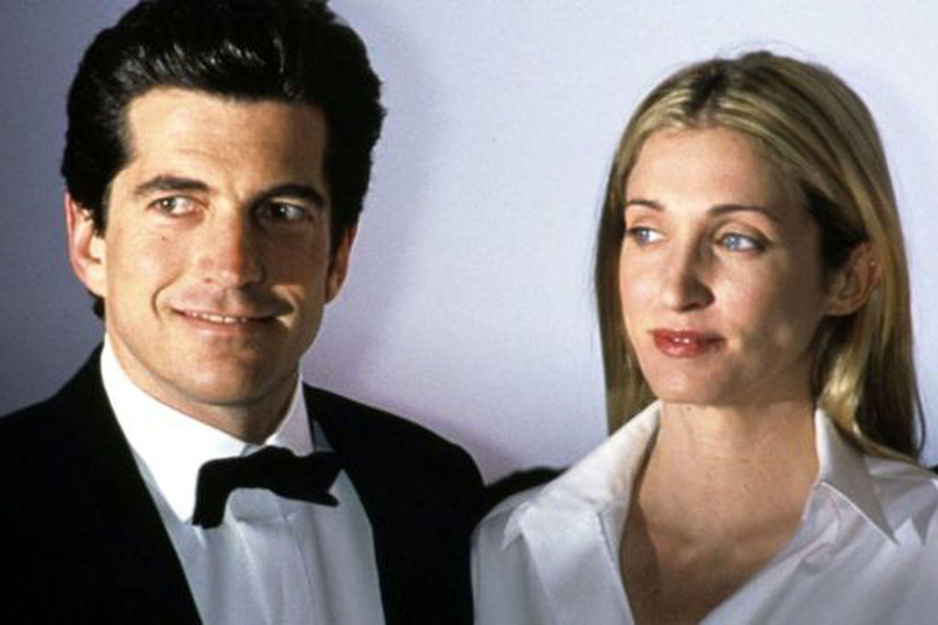 John John, como era conocido, era un hombre carismático de 38 años de edad. Junto a él fallecieron su esposa, Carolyn Bessette, de 33 años (en la imagen), y su cuñada, Lauren Bessette, de 34 años