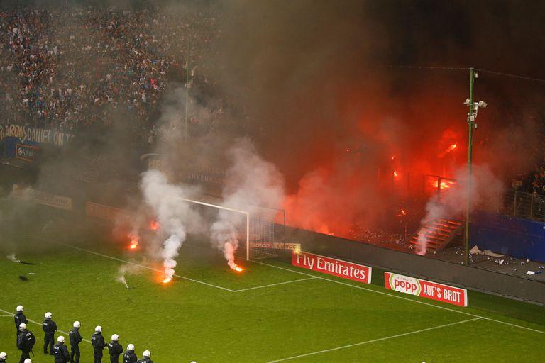 Hamburgo descendió por primera vez: los hinchas suspendieron el partido