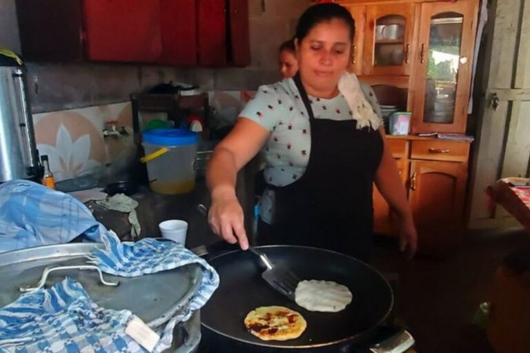 En el comedor de Mamá Rosa pueden usarse bitcoin para pagar pupusas, el plato típico salvadoreño