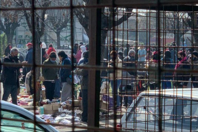 En las fotos y videos compartidos en Twitter, se divisa gente que no respeta la distancia social en mercados callejeros de distintas zonas del conurbano