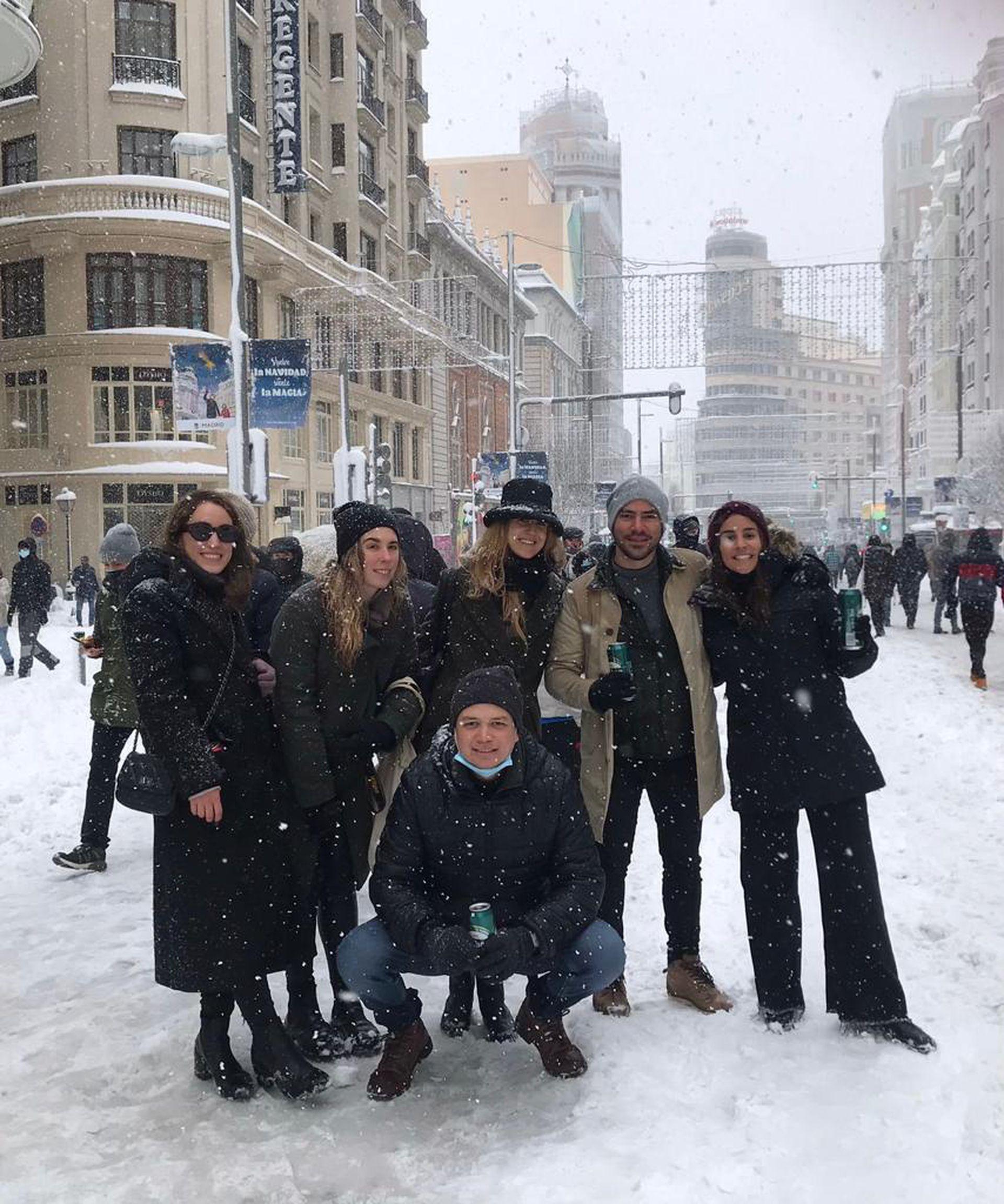 Chiara (primera desde la izquierda) y sus amigos argentinos disfrutaron de la nevada de enero en Madrid