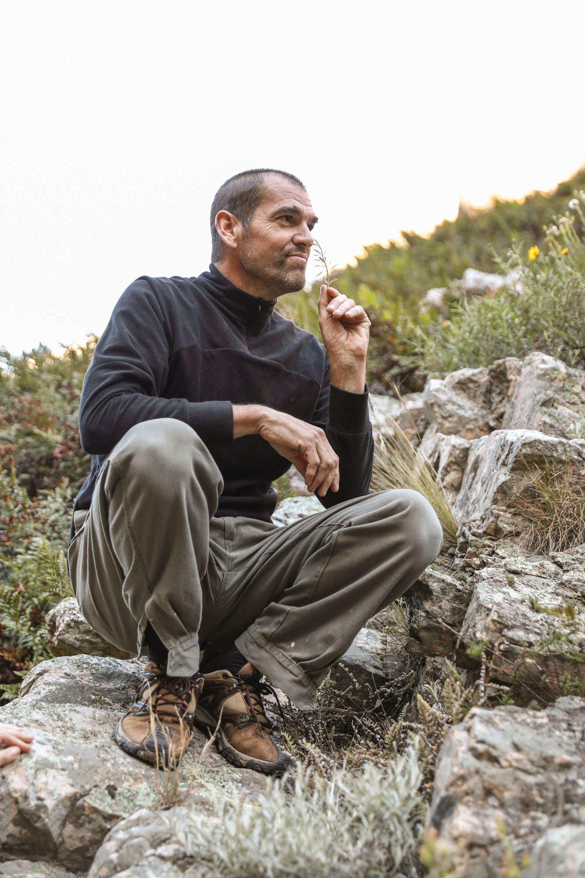 El guía Santiago Sandobal durante la excursión por las Sierras Grandes.