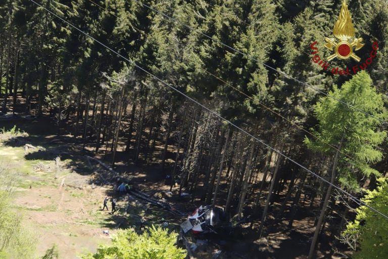 La escena tras la caída de un teleférico en la región de Piamonte en Italia, el 23 de mayo del 2021 (Vigili del Fuoco via AP)