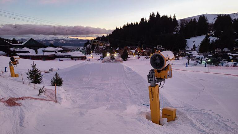 Los cañones generadores de nieve técnica, en el Cerro Catedral