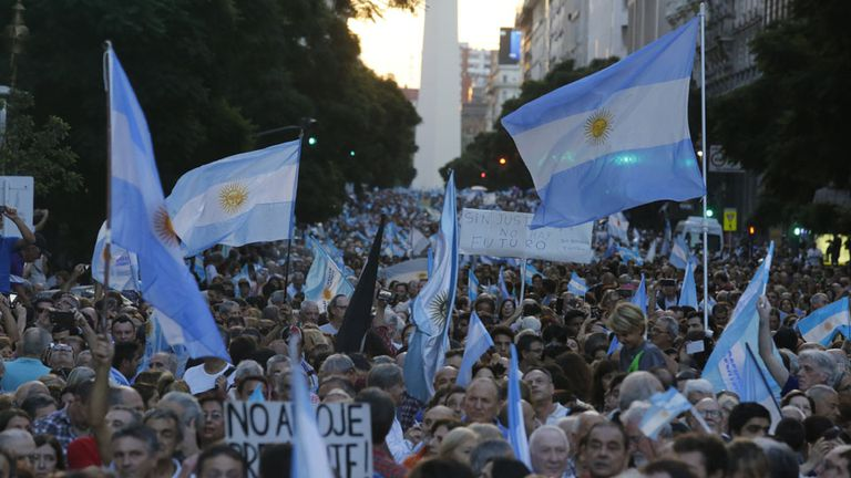 Masivo apoyo al Gobierno en las marchas por la democracia